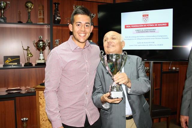 Dos entrenadores de la Escuela recogen los trofeos de campeones de liga