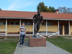 Aquí posa junto a la estatua de Jari Litmanen, el mejor futbolista finlandés.