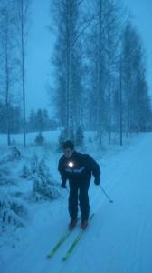 Esquiando en un bosque