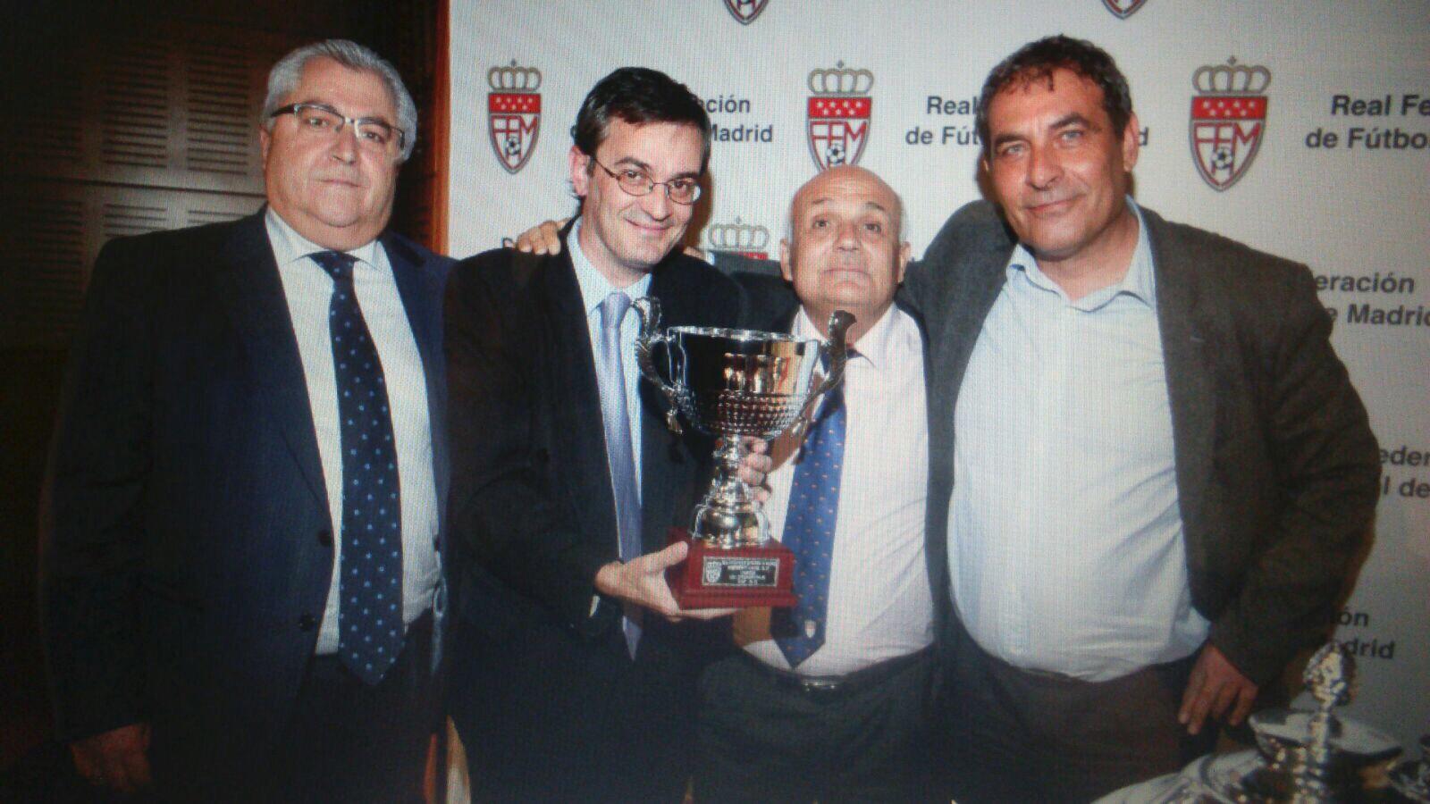 Mariano Martínez, Paco García y Miguel Ángel Manzano recogen el trofeo de campeón de liga del Juvenil C