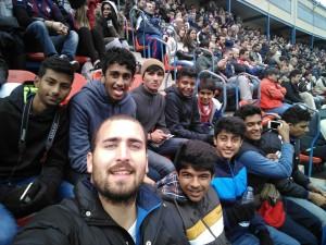 Jugadoes de una escuela de fútbol de la India aprenden cómo funciona la EDM