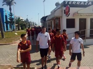 Hugo y Antonio pasean con los jugadores del Primer Equipo en la pretemporada del año pasado.
