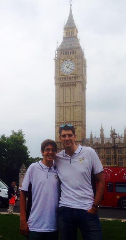 Padre e hijo lucen sus polos del 50 aniversario delante del Big Ben