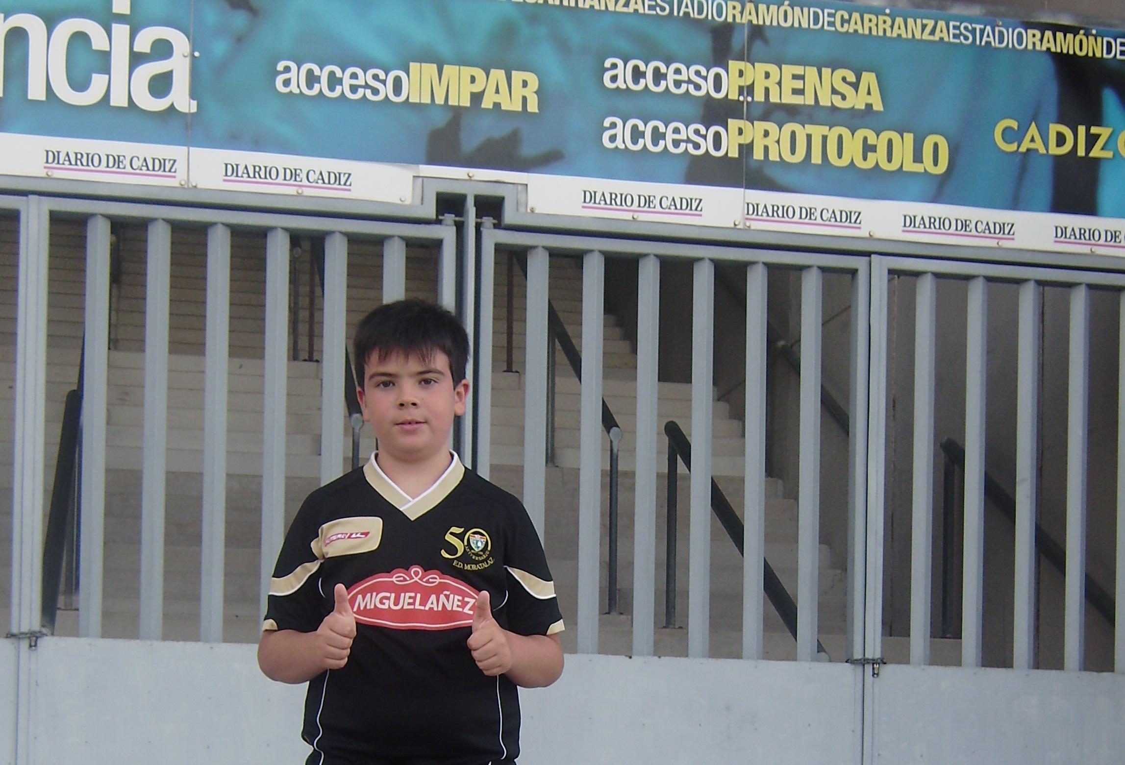 Con la equipación de la Escuela desde el estadio del Cádiz, en la EDM por el mundo