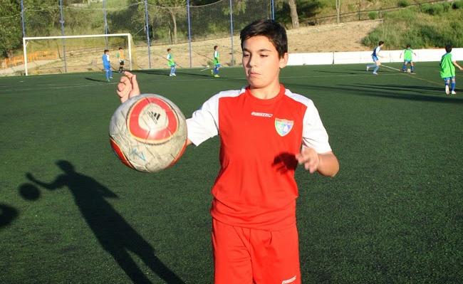 """Ángel Flórez, """"En la EDM se hacen muchos amigos y he mejorado bastante jugando al fútbol"""""""