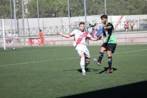Cristian Mora disputa un balón