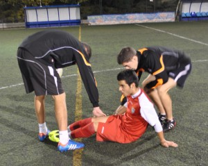 Atendiendo a un lesionado