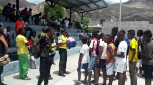 niños ecuatorianos juegan al fútbol con camisetas de la EDM