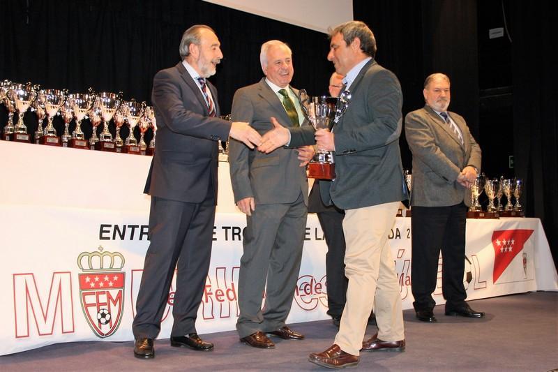 El Alevín C recibió el trofeo como campeón de Liga de la pasada temporada