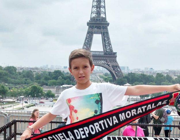 Desde París, con la Torre Eiffel de fondo, nueva foto de la ED Moratalaz por el mundo