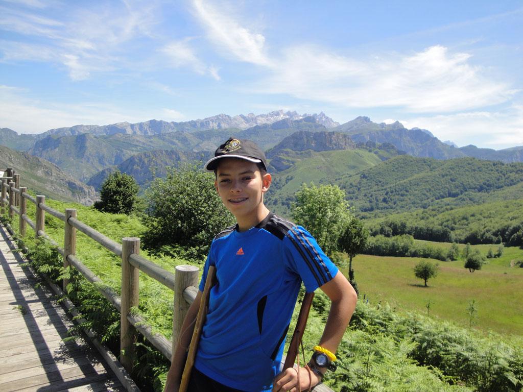 En plena naturaleza asturiana, con la gorra de la Escuela, en la EDM por el mundo