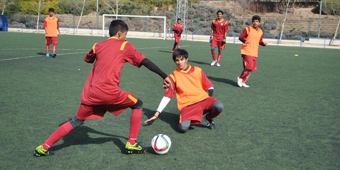 Miembros de una escuela de fútbol india aprenden cómo funciona la EDM