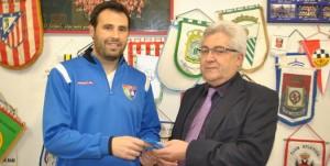 Paco García entrega a RAúl León el regalo del fan del mes