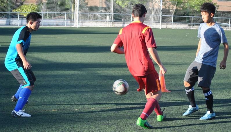 Once futbolistas japoneses entrenan con los equipos de la Escuela entre agosto y septiembre
