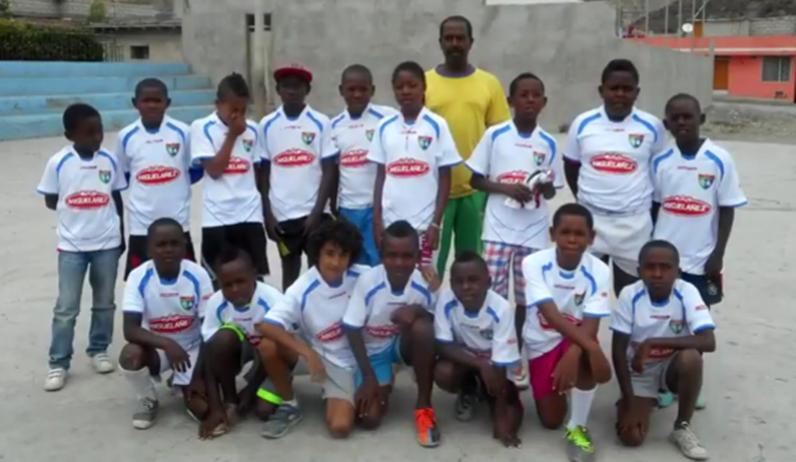 Niños de una zona desfavorecida de Ecuador juegan al fútbol con equipaciones de la EDM